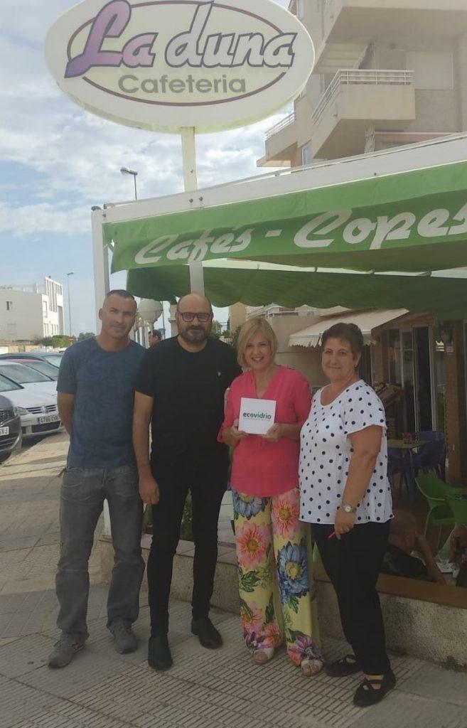 Ecovidre fa entrega d'un Pack experiència a l'establiment La Duna pel seu compromís amb el reciclatge de vidre