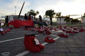 Miramar s'ompli de sabates roges en contra la violència de gènere – Ajuntament de Miramar