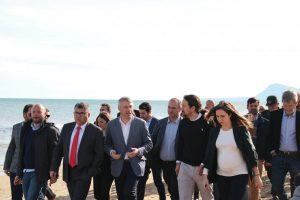 Pablo Iglesias visita la Platja d'Oliva per conéixer els efectes del temporal Glòria