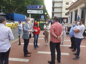 La secretària Autonòmica de Salut Pública, Isaura Navarro, i la directora general de Comerç, Rosana Seguí, visiten el mercat d'Oliva el primer dia de reobertura des del confinament